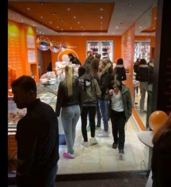 Vendesi gelateria pasticceria a Sitges (costa di Barcellona)